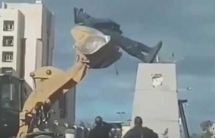 تحطم تمثال عبد المنعم رياض أثناء نقله في بورسعيد