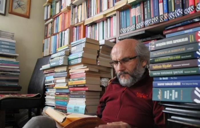 مدرس تركي متقاعد يعيش مع 30 ألف كتاب بمنزله