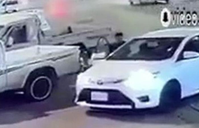 شاهد شاباً يقفز من مركبته لينقذ سيارة عائلة بجانبه