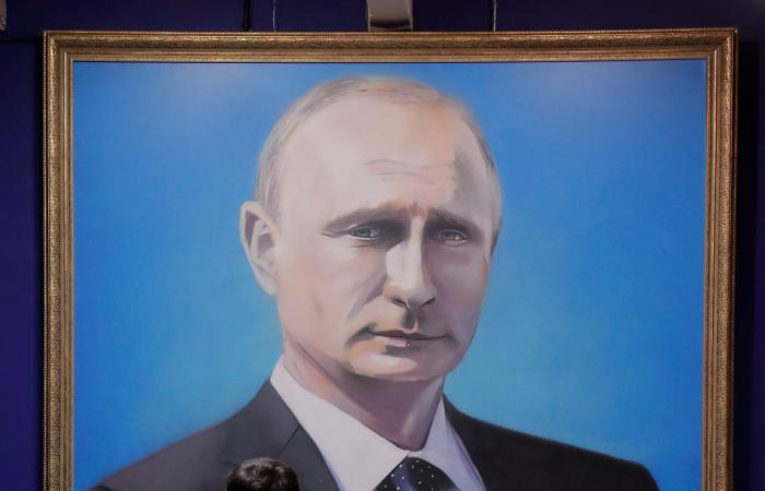 """""""بوتين بابا نويل"""" أو سوبرمان.. رئيس روسيا يلهم الفنانين"""