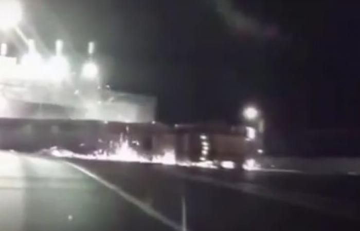 شاهد.. كيف انقلبت شاحنة لتغلق جسراً 7 ساعات