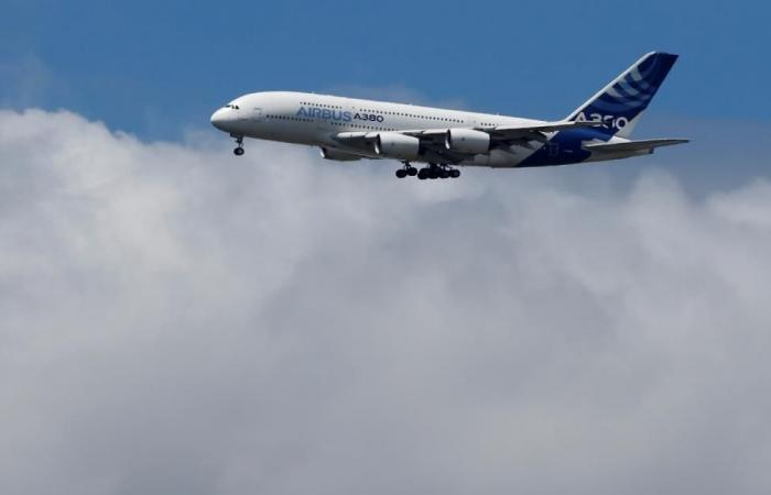 مصادر: إيرباص قد تخفض إنتاج طائرتها العملاقة