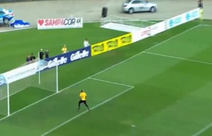 "رونالدينيو يؤكد احتفاظه بـ ""سحره"" ويسجل هدفاً مذهلاً"