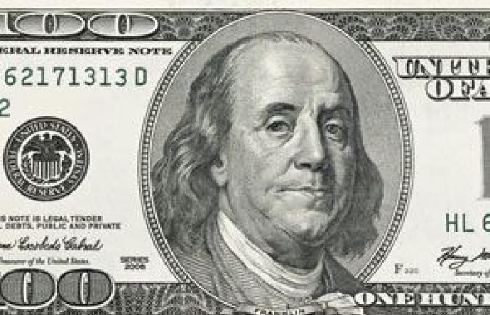 الدولار الأمريكي يسجل أدنى مستوى فى أسبوع قبيل مبيعات التجزئة الشهرية