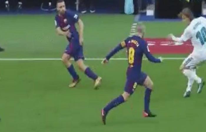 """لاعب برشلونة يُحرج مودريتش بـ""""كوبري عالمي"""" بكعب القدم"""