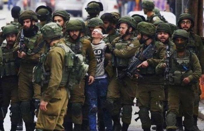 """طفل الـ 23 جنديا إسرائيليا طليقاً.. """"داسوا علي بأرجلهم"""""""