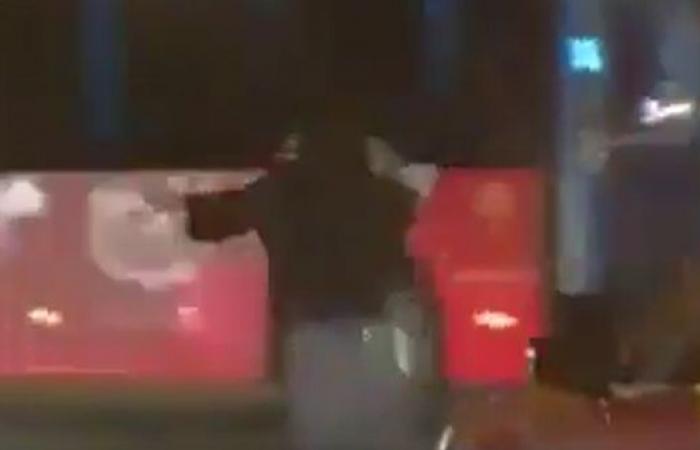 شاهد امرأة بحرينية تنظم السير بعد تعطل إشارة المرور