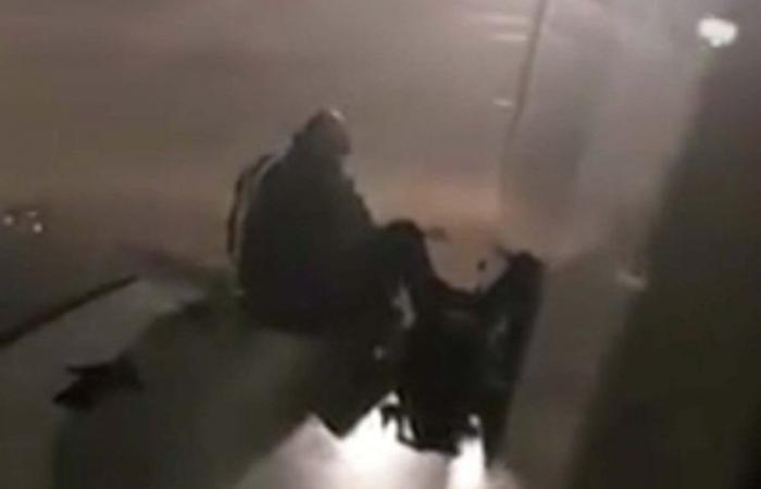 شاهد ما يفعله الملل.. راكب على جناح طائرة