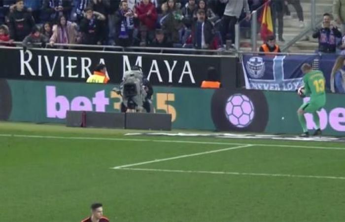 """جماهير إسبانيول تُلقي مقذوفاً تجاه حارس برشلونة في""""ديربي كتالونيا""""!"""