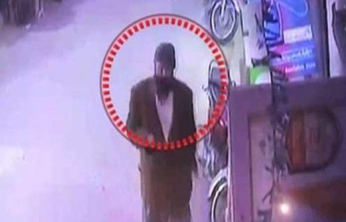 شاهد.. قاتل زينب يحوم حول منزلها وشرطة باكستان في مأزق