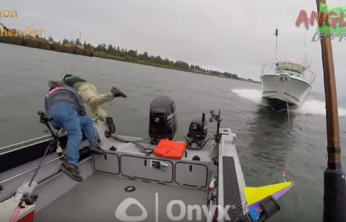 فيديو مروّع لقارب مسرع كاد يقتل 3 صيادين في النهر