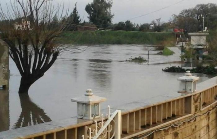 بالصورة.. ارتفاع منسوب النهر الكبير ومياهه غمرت المنازل والمزروعات