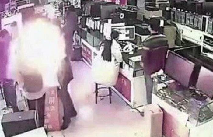 بالفيديو… إنفجار هاتف ذكي في فم رجل