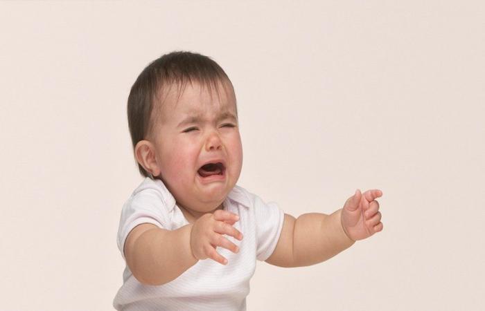 بالفيديو… لهذا السبب يتوقف الطفل عن البكاء عند حمله