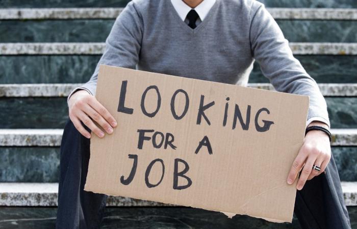 """بالأرقام.. """"هبوط قياسي"""" بمعدل البطالة في هذا البلد!"""