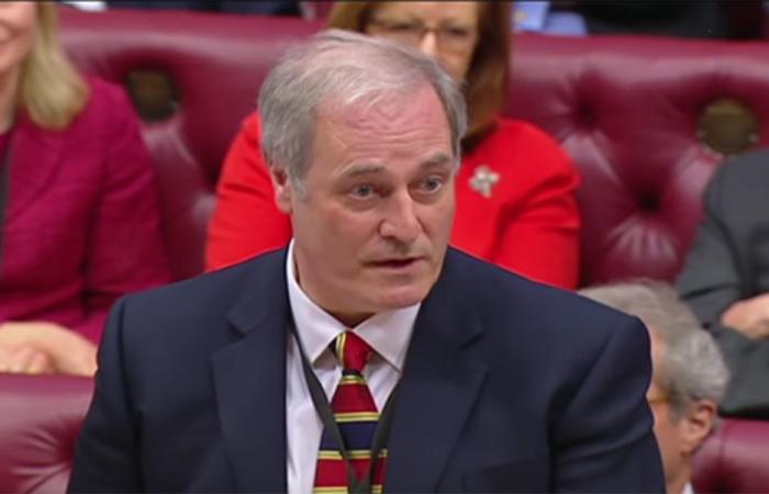 بالفيديو… وزير يستقيل بسبب تأخّره عن الإجتماع لدقائق!