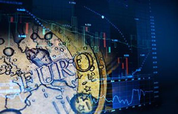 انخفاض العملة الموحدة لمنطقة اليورو لأول مرة في أربعة جلسات أمام الدولار الأمريكي