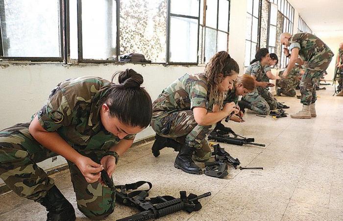 """النساء """"يقتحمن"""" الجيش اللبناني.. وقفن على حواجز هذه المنطقة و""""كل شي تمام""""!"""