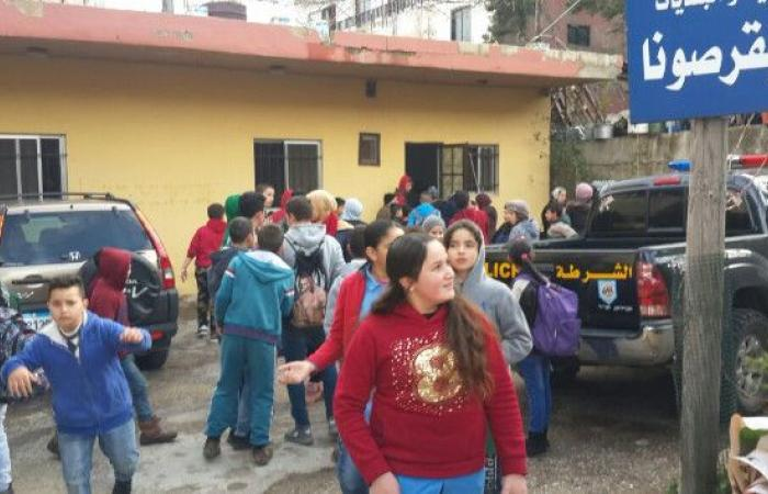 """طلاب """"بقرصونا الأولى"""" اعتصموا مطالبين بتأهيل طريق مدرستهم"""