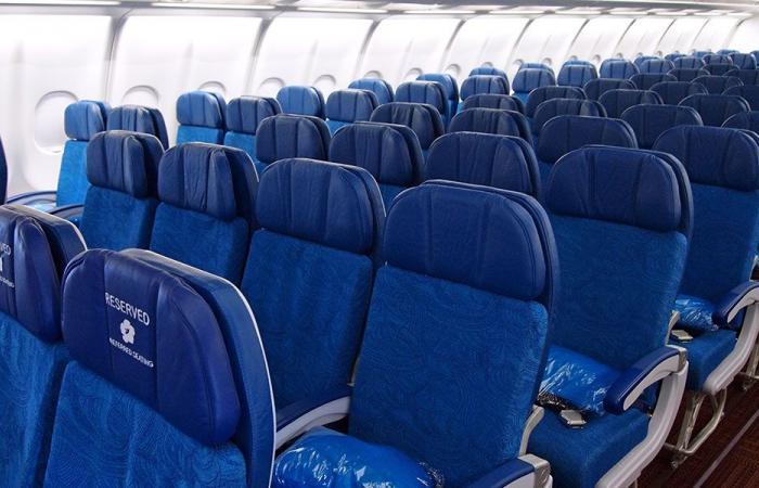 لماذا يُستخدم اللون الأزرق في مقاعد ركاب الطائرات؟