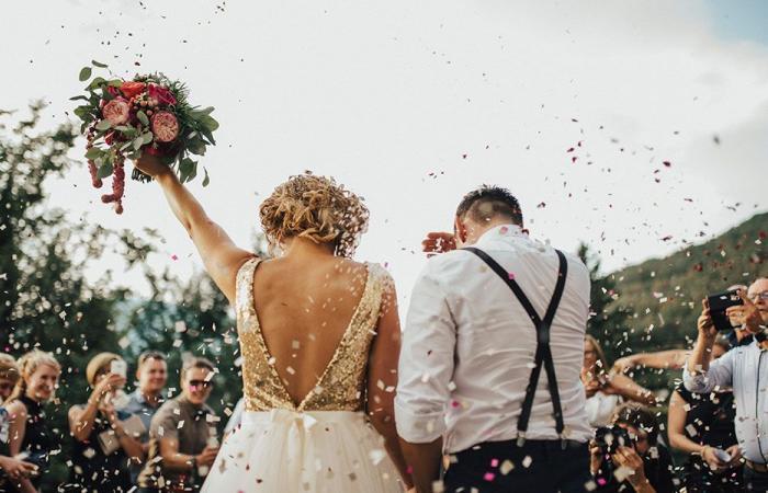 بالفيديو… حفل زفاف يتحول إلى معركة!