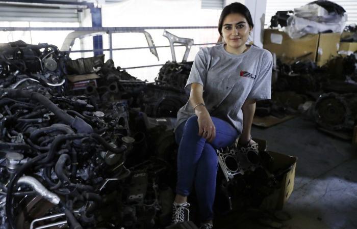 """رنا """"جميلة لبنان"""".. تتحدى التقاليد وتعمل """"معلّم"""" في كاراج سيارات!"""
