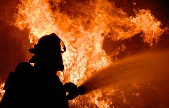 حريق كبير في معمل مواد بلاستيكية في أبلح!
