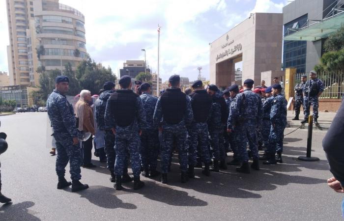 بالصور.. قوى الأمن تقطع الطريق على الاساتذة المتعاقدين: لمقاطعة الانتخابات