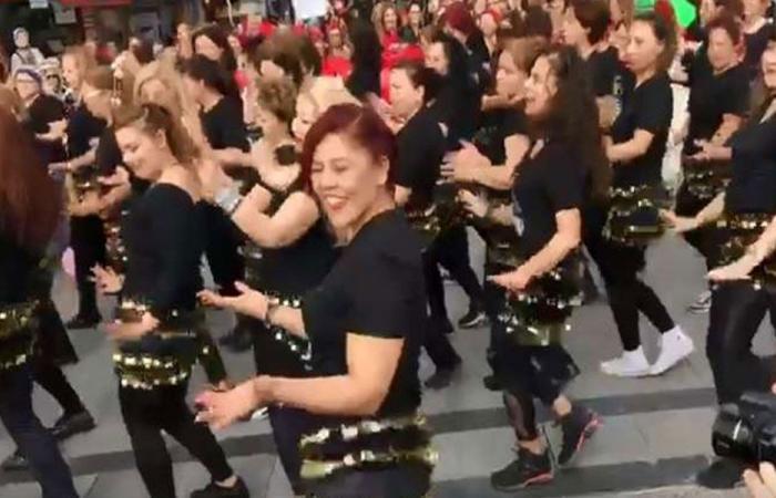 """بالفيديو… تركيات يرقصن على أغنية """"بشرة خير"""" في شوارع أزمير"""