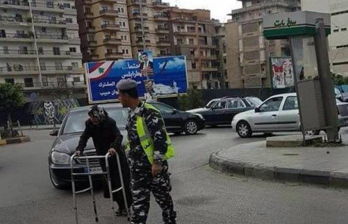 بالصورة.. عنصر بقوى الأمن يساعد عجوزًا على اجتياز الطريق