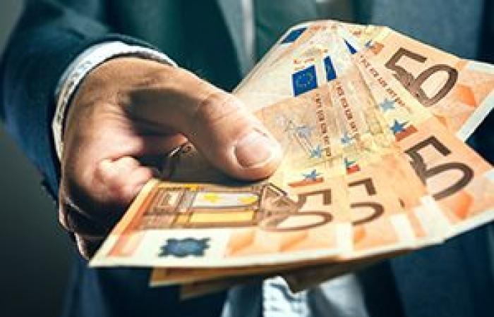 اليورو يتراجع تحت ضغط تصريحات ماريو دراغى