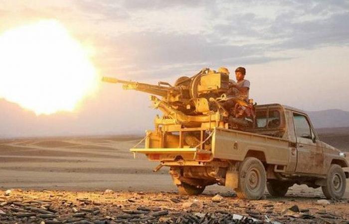 الجيش اليمني يسيطر ناريا على معسكر استراتيجي للحوثيين