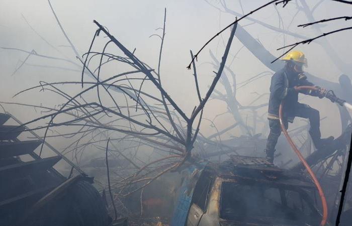"""بالصور.. إخماد حريق كبير في منطقة """"الفيلات"""" بصيدا"""