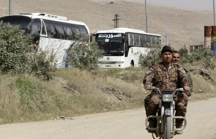 المرصد السوري: وصول المهجرين من حرستا إلى إدلب