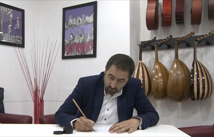 فنان أردني يزاوج بين المقامات والخط العربي