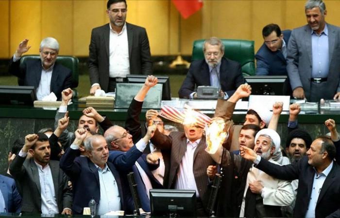 """ردا على ترامب.. """"النواب الإيراني"""" يحرق الاتفاق والعلم الأميركي"""
