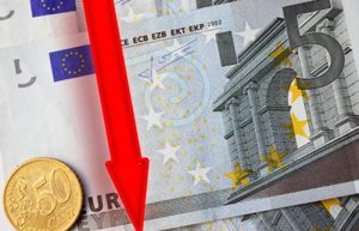 اليورو يعمق خسائره لأدنى مستوى فى 5 أشهر مقابل الدولار الأمريكي