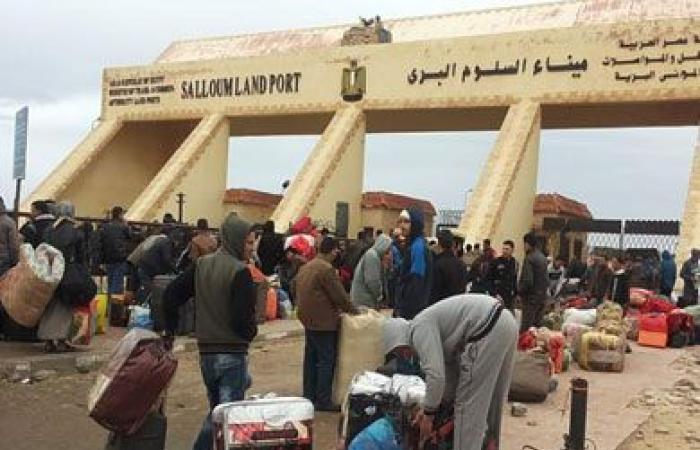 عودة 571 مصريا من ليبيا وتداول 329 شاحنة عبر منفذ السلوم