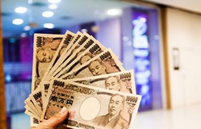 الين الياباني ينخفض إلى أدنى مستوياته في أربعة أشهر