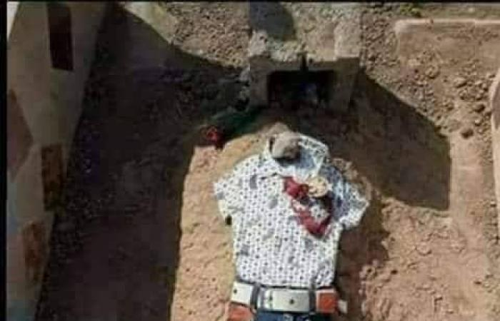 بالصورة.. أم يمنية تضع ملابس العيد على قبر طفلها الذي قتل برصاص الحوثيين