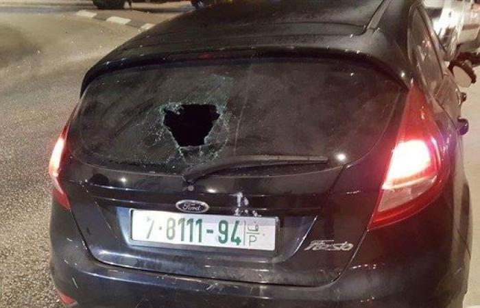 فلسطين | مستوطنون يحطمون 40 مركبة ويهاجمون المنازل ويغلقون طرقا رئيسية في نابلس فجرا