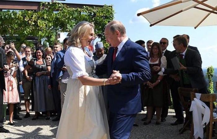 شاهد.. بوتين يراقص وزيرة الخارجية النمساوية بحفل زفافها
