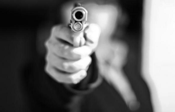 فلسطين   أمرأة تطلق النار على عشيقها أمام زوجته .. لهذا السبب!