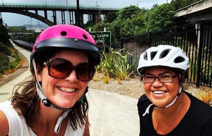 وزيرة نيوزيلندية تذهب بدراجتها إلى المشفى للولادة (صور)