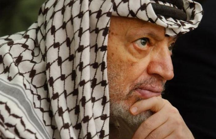 شاهد.. أول جواز سفر فلسطيني لياسر عرفات ومقتنيات شخصية