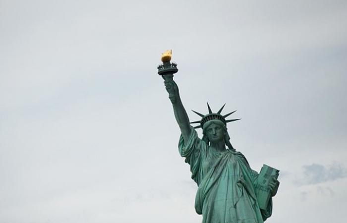 إجلاء آلاف الزوار من جزيرة تمثال الحرية بنيويورك إثر حريق