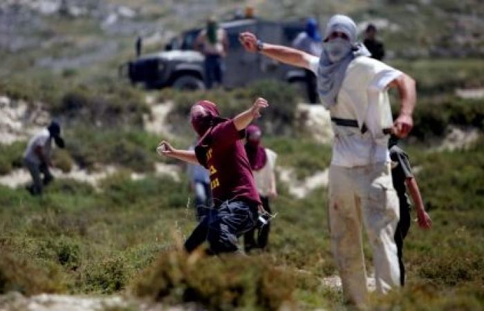 فلسطين   نابلس : مستوطنون يهاجمون منزلا في عوريف