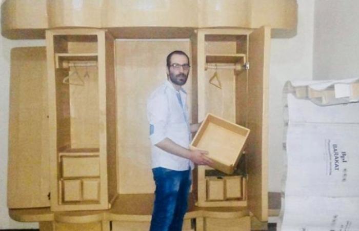 """سوريا   وكالة روسية : """" الحاجة أم الاختراع .. شاب حلبي يصنع الأثاث المنزلي الفاخر من النفايات الكرتونية """" ( فيديو )"""