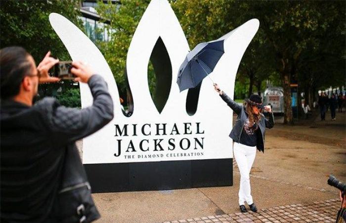 محبو مايكل جاكسون يحتفلون بعيد ميلاده الستين في لندن