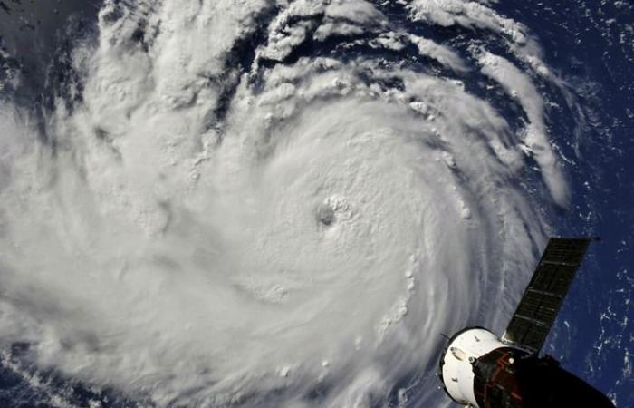 إعصار مدمر يتجه ببطء نحو سواحل أمريكا.. الخطر لا يزال قائما